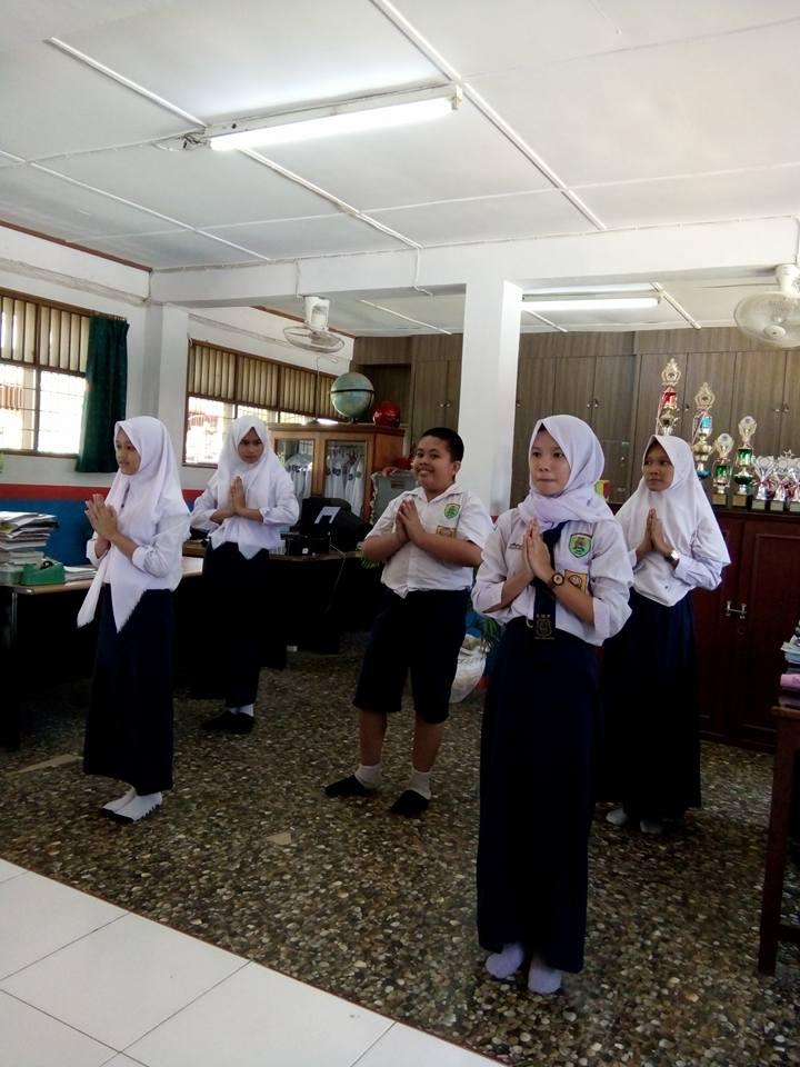 Siswa-siswi SMP PABA latihan tari daerah